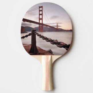 Golden gate bridge contre des montagnes raquette de ping pong