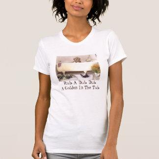 Golden retriever dans le T-shirt de baignoire