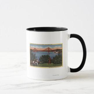 Golfeurs avec golden gate bridge à l'arrière-plan mug