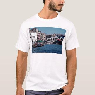Gondole sur le canal grand, pont de Rialto, T-shirt