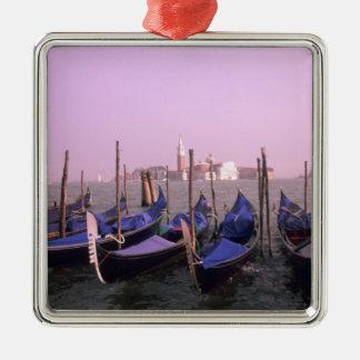 Gondoles prêtes pour des touristes à Venise Italie Ornement Carré Argenté