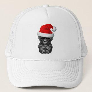 Gorille de bébé utilisant un casquette de Père