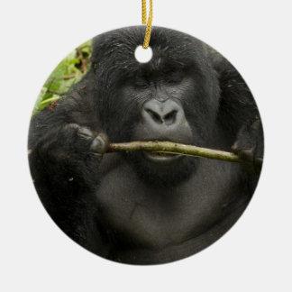 Gorille de montagne, utilisant des outils ornement rond en céramique