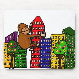 Gorille géant étreignant l'édifice haut tapis de souris