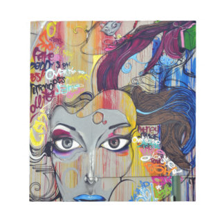 Graffiti coloré de femme avec des étiquettes bloc-note