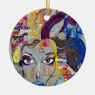 Graffiti coloré de femme avec des étiquettes ornement rond en céramique