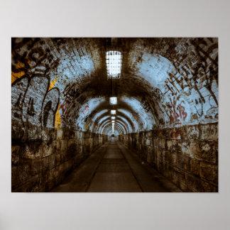 Graffiti en affiche vide de tunnel de chemin de posters