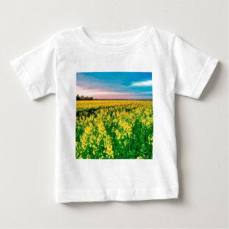 Graine de colza de jaune de gisement de nature t-shirts