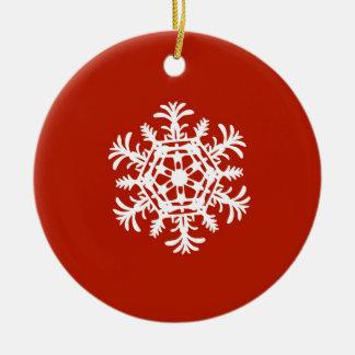 Grand flocon de neige blanc sur le rouge ornement rond en céramique