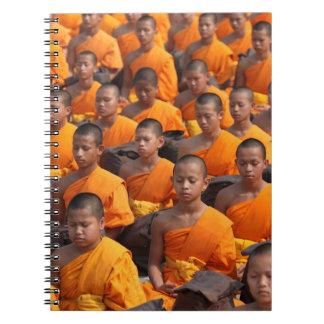 Grand groupe de moines méditants carnets à spirale