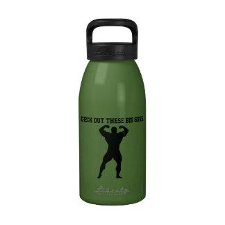 Grand homme de muscle d armes à feu fléchissant la bouteille d'eau réutilisable