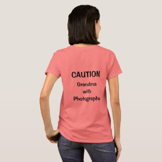 Grand-maman avec le T-shirt de photographies