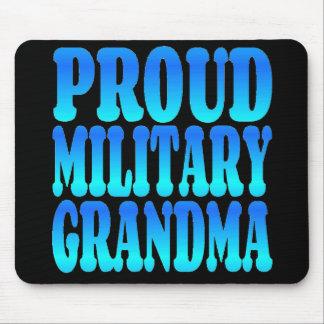 Grand-maman militaire fière dans le bleu tapis de souris