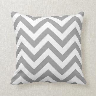 Grand motif de zigzag blanc gris-foncé de Chevron Coussin
