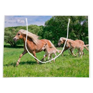 Grand Sac Cadeau Les chevaux de Haflinger avec les poulains mignons