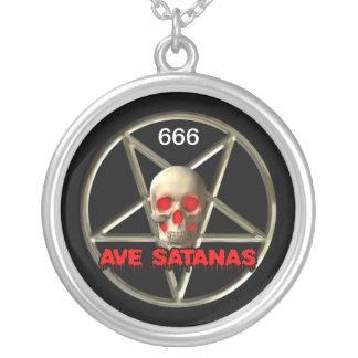 Grand, satanique, argenté plaqué autour du collier