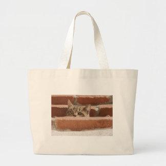 Grand Tote Bag Chat sauvage curieux d'attention des plots