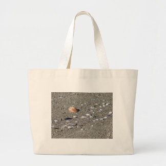 Grand Tote Bag Coquillages sur le sable. Arrière - plan de plage