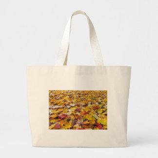 Grand Tote Bag Feuille tombé de couleur d'automne sur des parcs