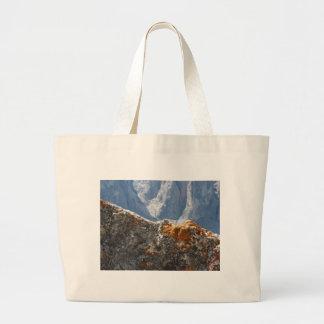 Grand Tote Bag Lichens oranges s'élevant sur le visage de roche