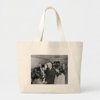 Grand Tote Bag Lyndon B Johnson assermenté dedans