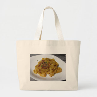 Grand Tote Bag Pappardelle avec des champignons sur la table