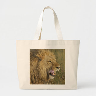 Grand Tote Bag Portrait de mâle de lion léchant sa bouche