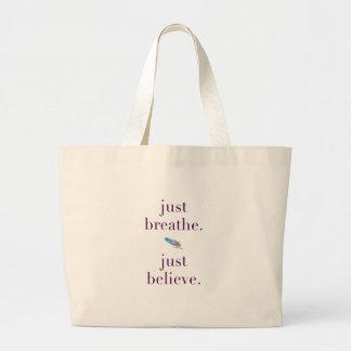 Grand Tote Bag Respirez juste la citation Fourre-tout de plume de