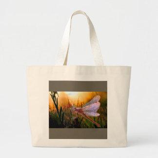 Grand Tote Bag Rosée de matin sur la libellule