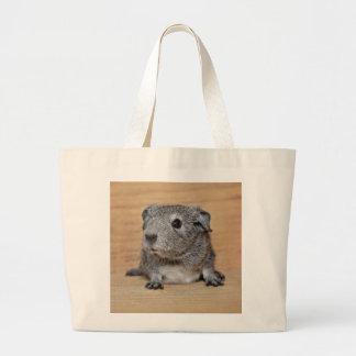 Grand Tote Bag Un cobaye gris mignon sur le bois de Brown