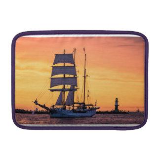 Grand voilier marchand sur la mer baltique poche pour macbook air