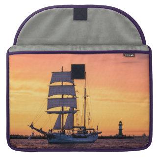 Grand voilier marchand sur la mer baltique poches pour macbook pro