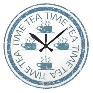 Grande Horloge Ronde Bleu de temps de thé sur le blanc