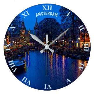Grande Horloge Ronde Canal romantique d'Amsterdam la nuit avec des
