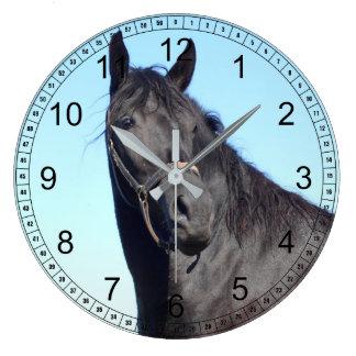 Grande Horloge Ronde Cheval noir et le ciel bleu