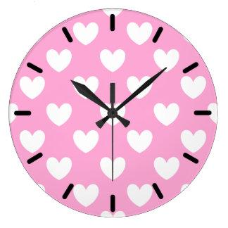 Grande Horloge Ronde Coeurs blancs de polka sur le rose de sucrerie de