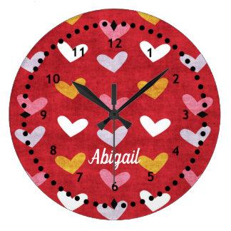 Grande Horloge Ronde Coeurs en pastel sur l'horloge murale rouge