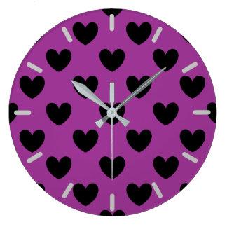 Grande Horloge Ronde Coeurs noirs de polka sur le pourpre