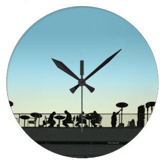 Grande Horloge Ronde Dessus de toit dinant l'horloge de silhouette