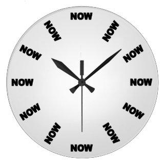 Grande Horloge Ronde Drôle synchronisez maintenant (gris-clair)