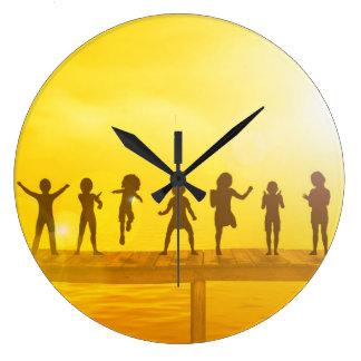 Grande Horloge Ronde Enfants heureux et amitié dans le concept d'école