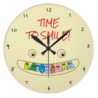 Grande Horloge Ronde HEURE DE SOURIRE conception Toothy colorée de