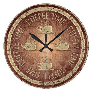 Grande Horloge Ronde Or de temps de café sur le rouge
