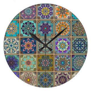 Grande Horloge Ronde Patchwork vintage avec les éléments floraux de