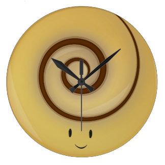 Grande Horloge Ronde Petit pain de cannelle de sourire au-dessus
