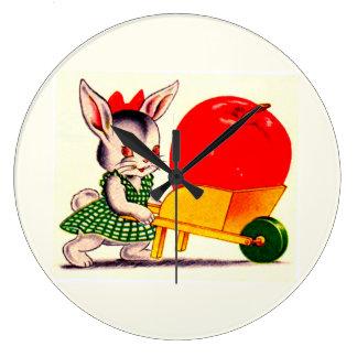 Grande Horloge Ronde peu de lapin poussant le chariot avec la grande