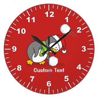 Grande Horloge Ronde Pingouin de Noël obtenant une boule de neige