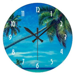 Grande Horloge Ronde Plage sablonneuse blanche avec des cocotiers