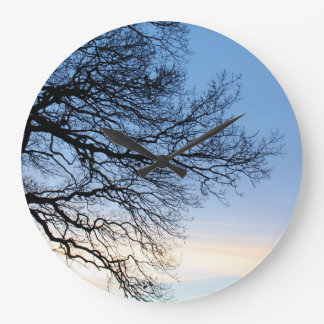 Grande Horloge Ronde Silhouette d'arbre dans un ciel bleu d'hivers