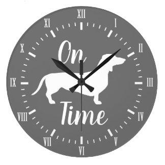 Grande Horloge Ronde Sur le gris et le blanc de temps de teckel